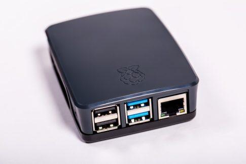 Hivatalos Raspberry PI 4 / 2GB csomag - aktív hűtéssel , 64GB sd,  szürke / fekete